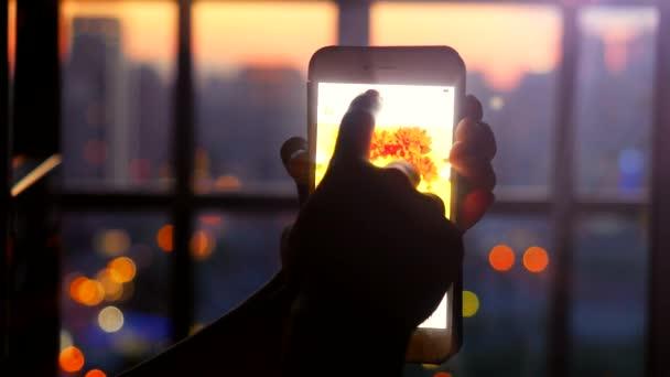 Donna Che Usando Il Suo Telefono Cellulare Sulla Bella Sfocato Sfondo Città Con Bokeh 4k