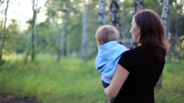 Veselá matka a dítě chodit spolu venku v parku. 1920 x 1080