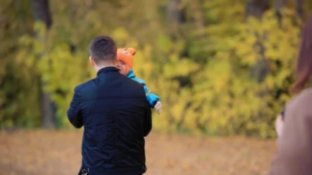 Familie spaziert auf Herbstpfad im Wald. 1920x1080