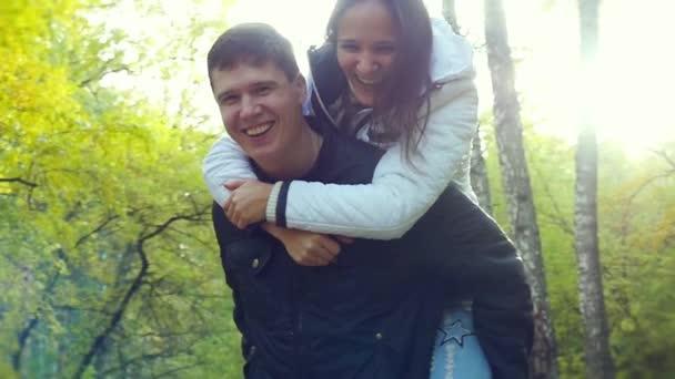 Aktivní pár v lásce baví v podzimním lese v vzepjatý. 1920 x 1080