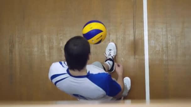 Rusko, Novosibirsk. 21. října 2015. Volejbalový tým hraje v vzepjatý. Volejbalový hráč hází míč 1920 x 1080
