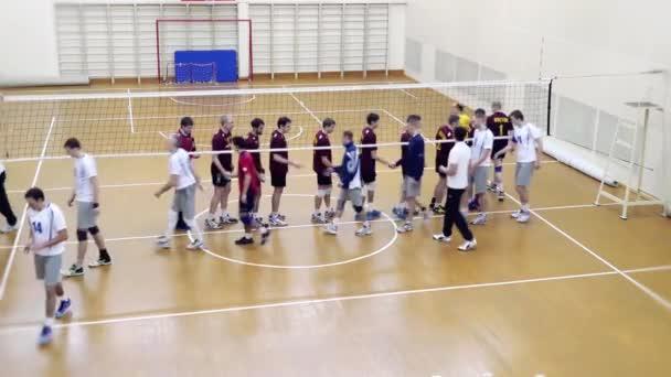 Rusko, Novosibirsk. 21. října 2015. High School volejbal hra. Volejbalové týmy navzájem děkovat po zápase. HD