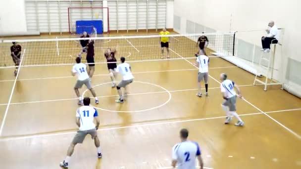Rusko, Novosibirsk. 21. října 2015. High School volejbal hra. Timelapse volejbalový tým hraje. 4k