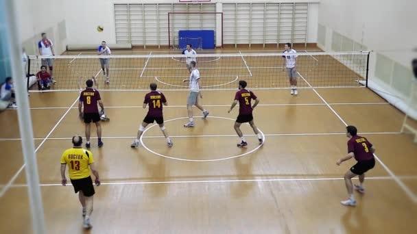 Rusko, Novosibirsk. 21. října 2015. High School volejbal hra. Volejbalový tým hraje v vzepjatý. 1920 x 1080