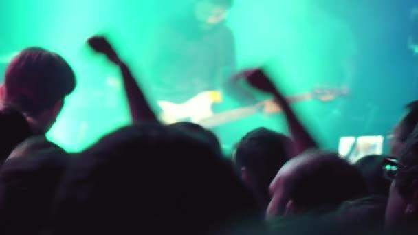Novosibirsk, Rusko, 3 dubna 2015 hudebníků hrajících hudebních nástrojů a zpěv písní na koncert a silueta ruce držící se fotografování a nahrávání videa. 1920 x 1080