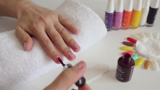 manikúra proces v salonu krásy