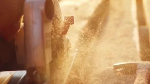 Člověk je řemeslo, práce na pracovní stůl s elektrickým nářadím v slowmotion při západu slunce s krásnou závoje. 1920 × 1080