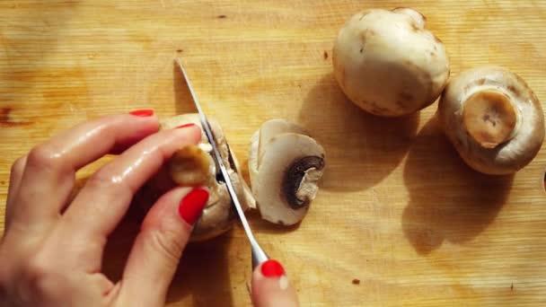 Vaření řezání houby v kuchyni. 3840 x 2160