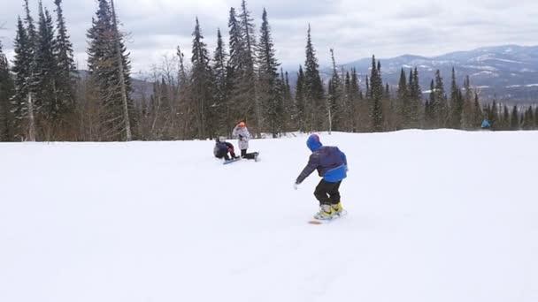 Russland, sheregesh, 26. März 2015, Skifahrer und Snowboarder auf einem Hang im Skigebiet in Zeitlupe. 1920x1080
