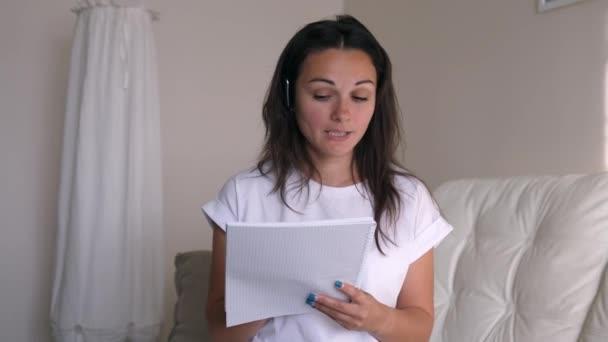 Junge Geschäftsfrau trägt Headset-Gespräche zur Webkamera, die eine Online-Videokonferenz führt. Internetlehrerin, die von zu Hause aus im entfernten Chat arbeitet. Webcam ansehen