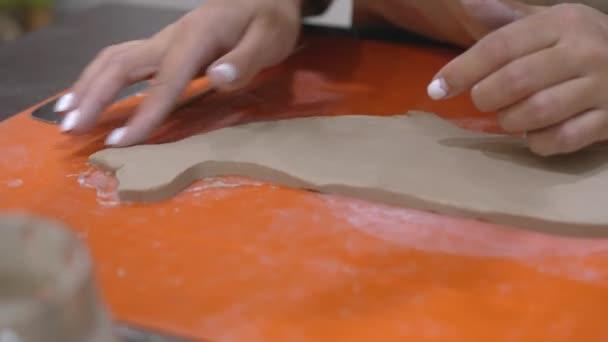 Mladá žena řezbářství hliněný produkt hrany hrnčířství dílna.