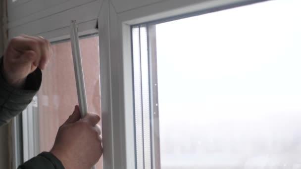 Windows instalační pracovník, stavební pracovník sady plastových oken. Zblízka ruky