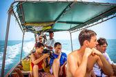 Fotografia Grande famiglia sulla barca. Viaggi snorkeling