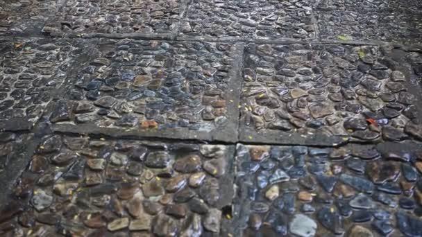 mokrém povrchu kamenů pozadí v dešti. HD. 1920 x 1080
