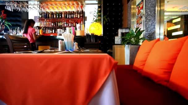 Interiér moderní a krásný bar nebo restauraci. Rozmazané pozadí. HD. 1920 x 1080