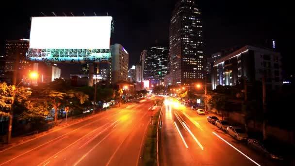 Provoz v Bangkoku, Thajsko. Reklamní tabule u silnice. Timelapse zrychlit v noci. HD. 1920 x 1080