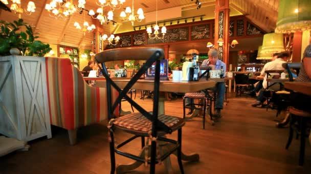Moskva, Rusko, 8 srpna 2014, krásná restaurace s jíst lidi. HD. 1920 x 1080