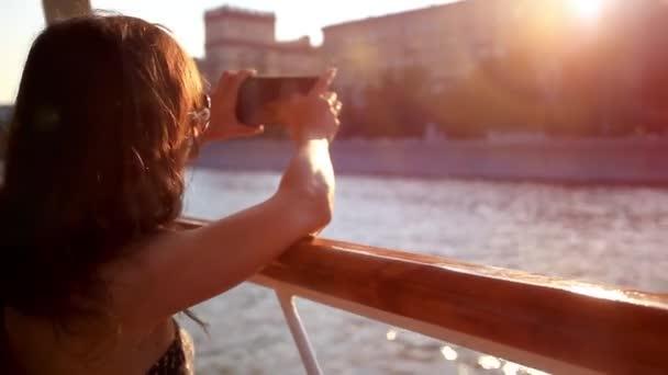Fiatal gyönyörű nő vesz kép smartphone tengeri út a körutazást végző hajó napszemüveg. HD. 1920 x 1080