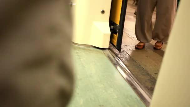 Lidé procházejí dveřmi na metro. HD. 1920 x 1080