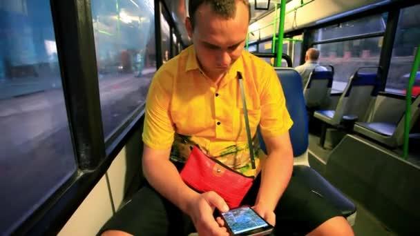 člověk dotýká SMS na svůj smartphone v autobuse. HD. 1920 x 1080