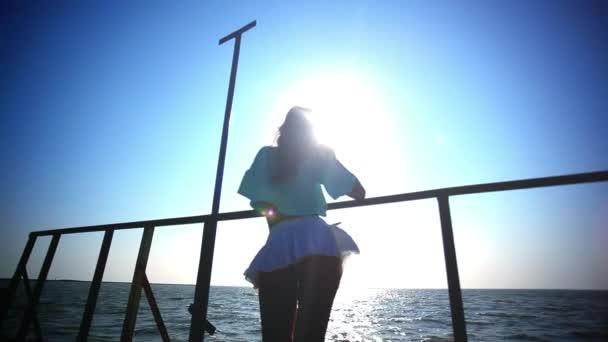 Bezstarostné sexy žena v západu slunce, stojící na molu. Prohlédni si na zadek. HD. 1920 x 1080
