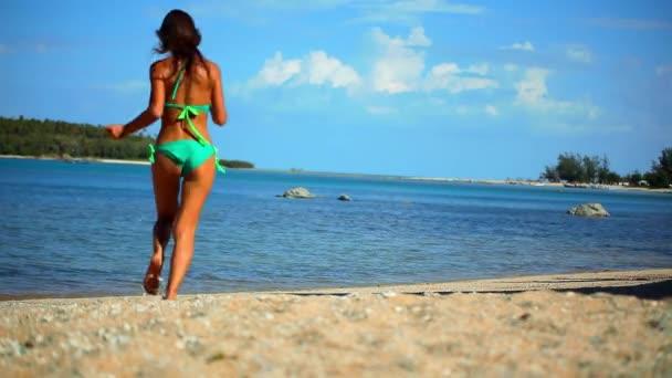 Sexy brunetka je spuštěn do moře, v elegantní zelené bikiny těší letní dovolenou na Koh Samui Thajsko. HD. 1920 x 1080