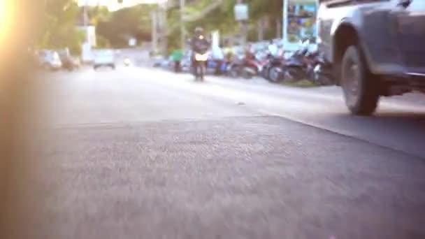 Pohyb vozů a motocyklů na silnici na slunném Koh Samui v Thajsku. Intervalového video zrychlit. HD
