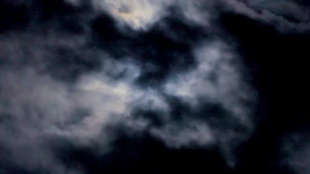 Magický měsíc v úplňku a bílé mraky na noční obloze