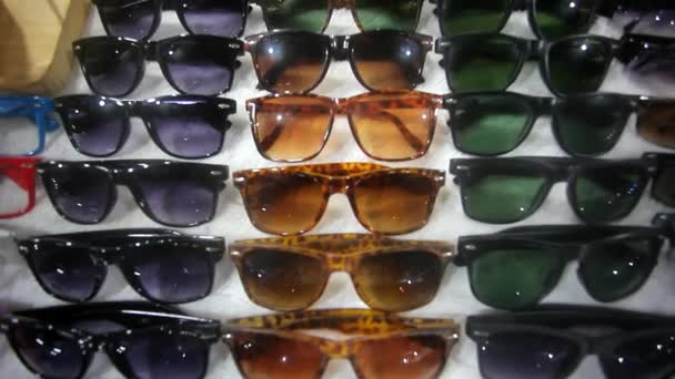 Színes napszemüveg eladó a város piaca. HD. 1920 x 1080