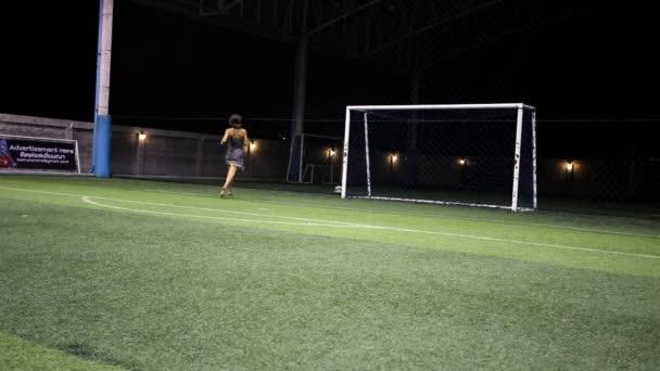 Sexy mladá žena v šatech vstřelení branky na fotbal branky
