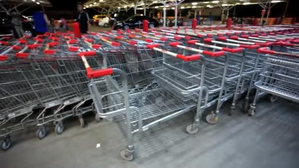Mnohé prázdný nákupní vozíky v řadě na parkovišti supermarketu na Koh Samui