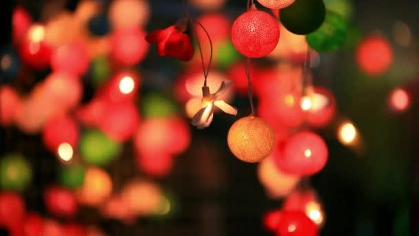 Ghirlanda di Natale sfocato sfondo di luci con colori diversi. HD 1920 x 1080