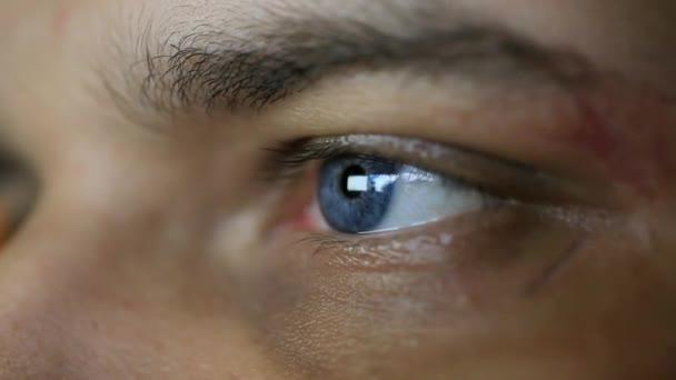 Zblízka na mans oko při pohledu na monitoru počítače. HD. 1920 x 1080
