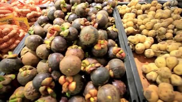 Asijské ovoce mangostanu, liči, tamarind, rambutan na stánku v tržnici. HD. 1920 x 1080