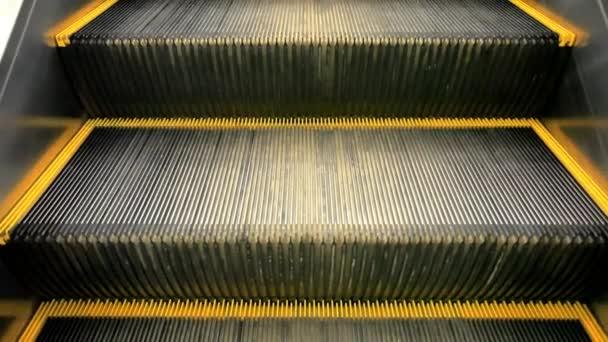 Koh Samui, Thajsko 19 července 2014. Pohyblivé schody eskalátor v úložišti. HD. 1920 x 1080