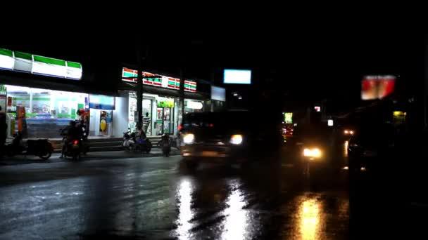 Automobily a motocykly, jízdu na mokré silnici v noci po dešti. Video