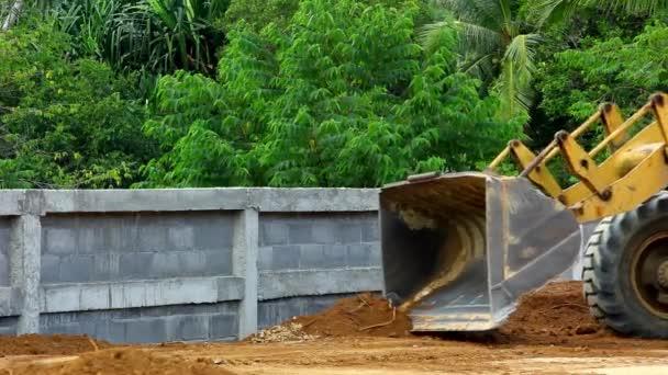 Earthmover dozer dělá zemní práce venku. Video