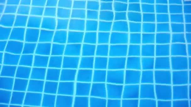 Zářící modré vody zvlnění v bazénu. Pohyb videa posun