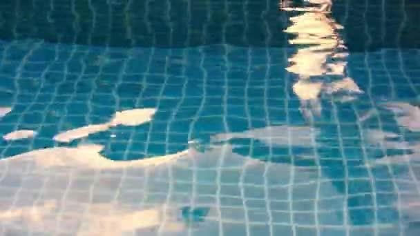 Blau leuchtendes Wasser Welle im Pool bei Sonnenuntergang. Video UMSCHALT-Bewegung
