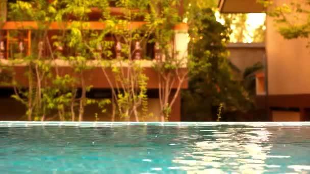 strahlend blaues Wasser plätschert im Pool bei Sonnenuntergang. Video-Verschiebung