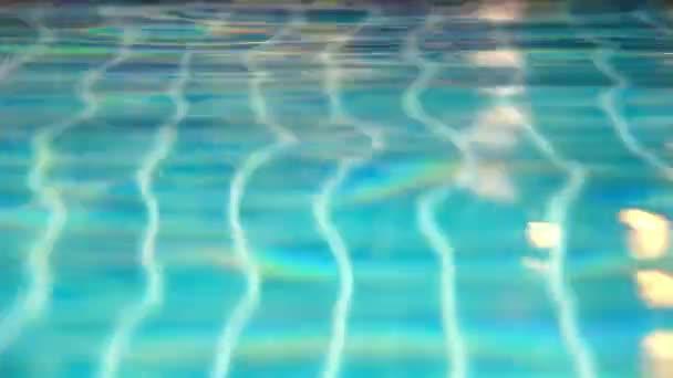 Zářící modré vody zvlnění v bazénu na čas západu slunce. Pohyb videa posun