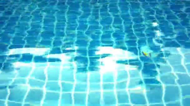 Jasně modré bazén zblízka v tropical island Resort. Pohyb videa posun