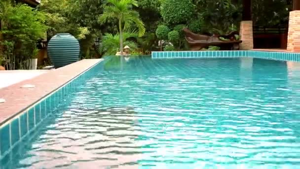 klares blaues Schwimmbad in tropischer Insel im Resort. Video-Verschiebung