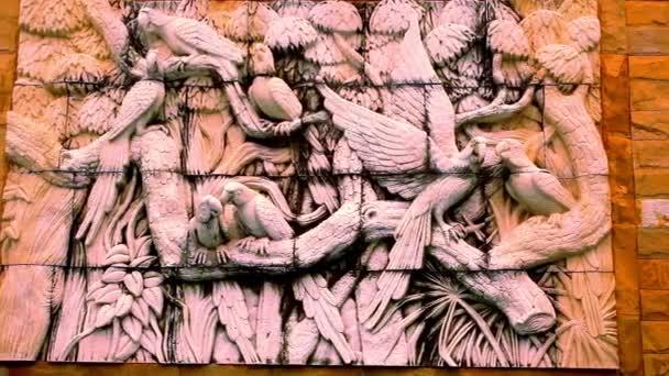Madarak szobrok a templom falára. Makró videóinak shift mozgás