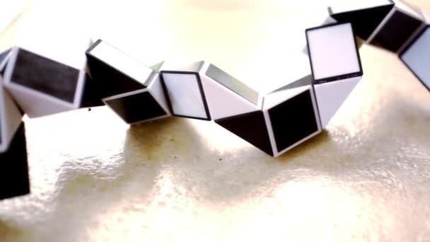 Zblízka prvků, které jsou postaveny na základě trojúhelníku, černé a bílé. Video v pohybu posun