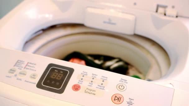 Closeup ženské ruky zavírání víka pračky makro videa
