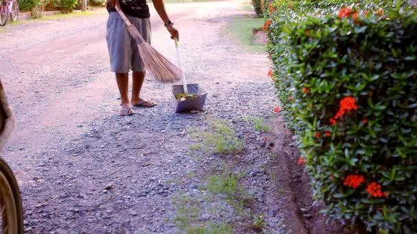 Školník s koštětem, zametání listí. Video