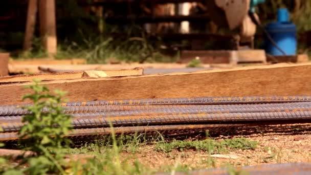 Betonářská výztuž stříhání a železné řezací stroj pro použití ve stavebnictví. Pohyb videa posun