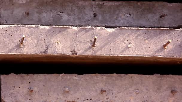 Zblízka betonové desky s výztuží. Pohyb videa posun