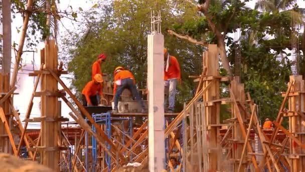 Stavební dělník pracující na staveništi. Video